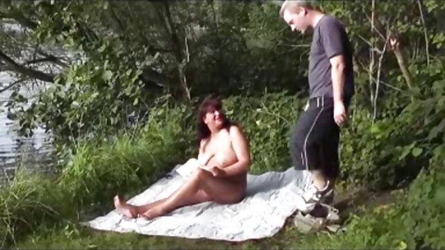 La esposa amateur en trio nena negra Kitty Smiles se abre para masturbarse antes del arado