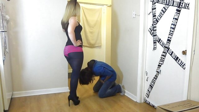 Chica mostrando su culo y su coño pornp trios hambrientos